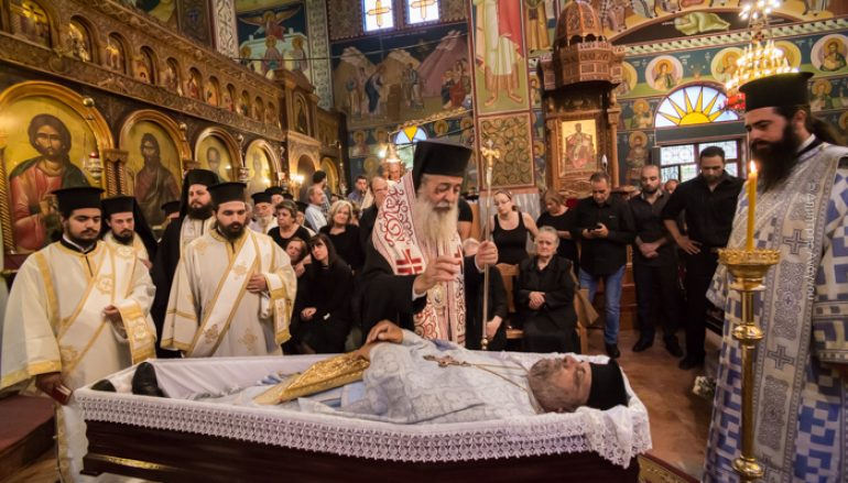 Πλήθος πιστών αποχαιρέτισε τον Πρωτοπρεσβύτερο Χρήστο Βλάχο (ΦΩΤΟ)