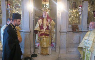 Ο Μητροπολίτης Σύρου στο Παρεκκλήσιο του Όσιου Πορφυρίου Πλάκας