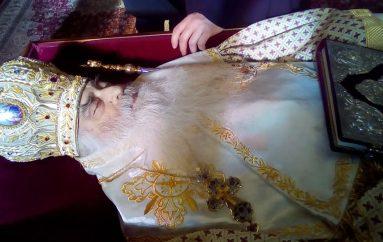 Σε λαϊκό προσκύνημα το σκήνωμα του Μητροπολίτη Σιατίστης Παύλου