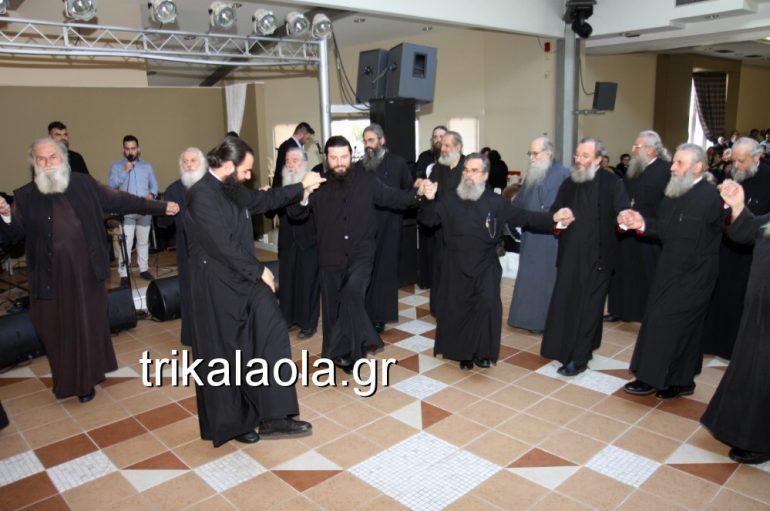 Σύσσωμοι οι Ιερείς των Τρικάλων χορεύουν παραδοσιακά τραγούδια