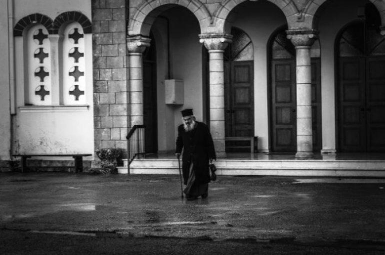 Τι σημαίνει Ευλογείτε που λέμε στον ιερέα;