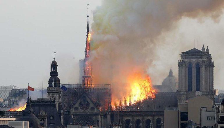 Στις φλόγες η Παναγιά των Παρισίων – Ανυπολόγιστες καταστροφές