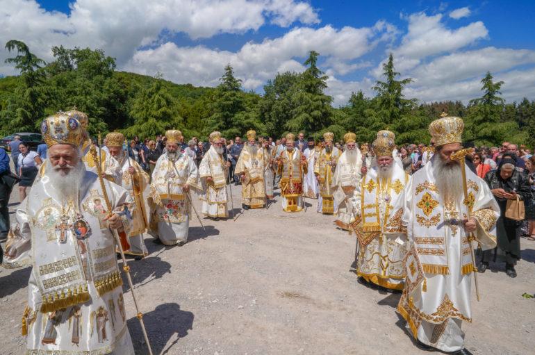 Πολυαρχιερατικό Συλλείτουργο για τον Άγιο Λουκά στην Ι. Μονή Δοβρά