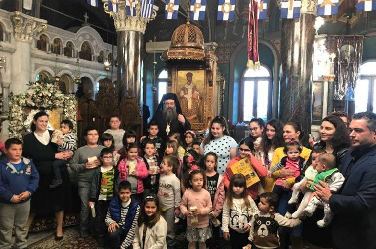 Ο Μητροπολίτης Χίου μοίρασε δώρα σε παιδιά Ιερέων και πολυτέκνων