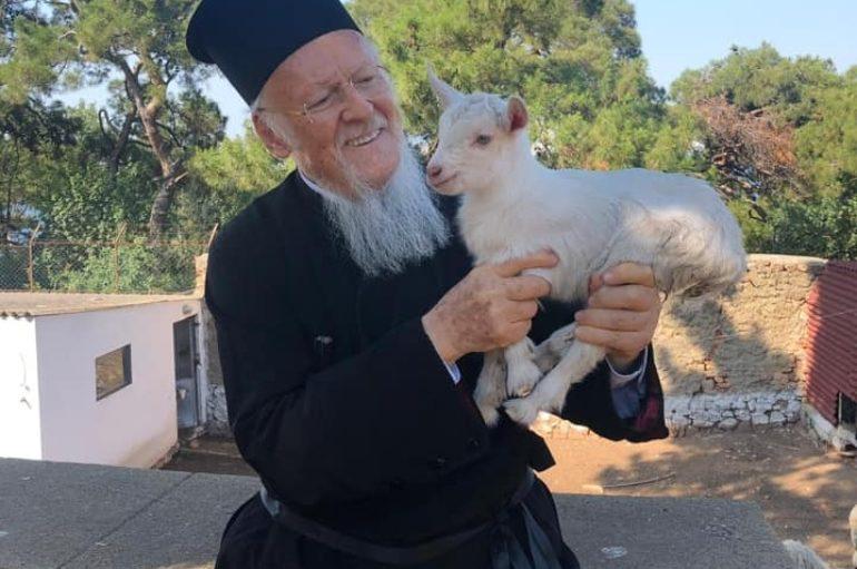 Ο Οικ. Πατριάρχης ευλόγησε ένα νεογέννητο κατσικάκι κι ένα γαϊδουράκι