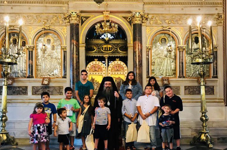 Ο Χίου Μάρκος με τα παιδιά των Ιερέων της Ι. Μ. Χίου