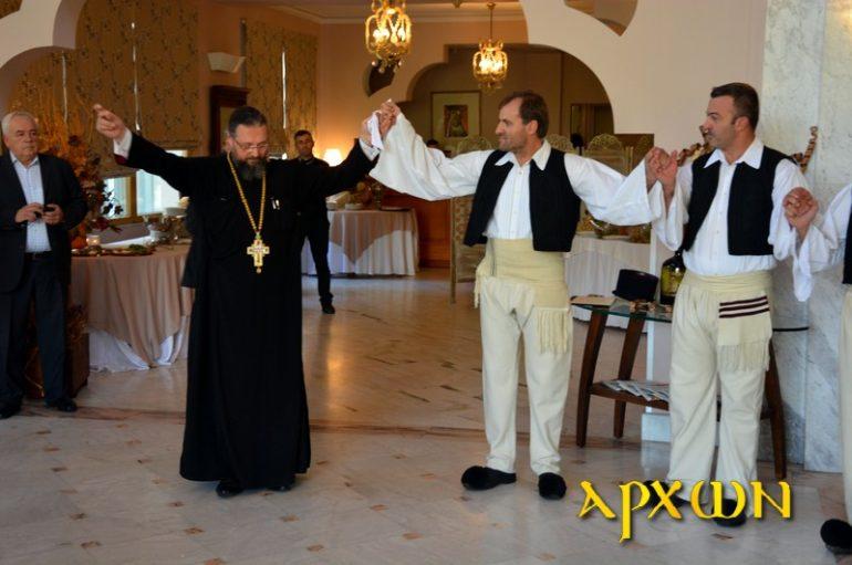 Ο Αρχιμ. Σπυρίδων Κατραμάδος έσυρε παραδοσιακά το χορό