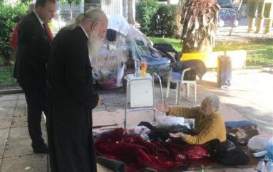 Ο Αρχιεπίσκοπος συνάντησε ζευγάρι άστεγων ηλικιωμένων στον Κεραμεικό