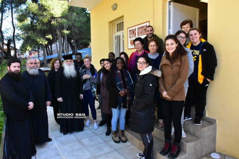 Αμερικανοί φοιτητές στο συσσίτιο του Ι. Ναού Ευαγγελιστρίας Ναυπλίου