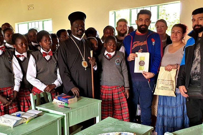 Το ταξίδι της ζωής τους! Έγιναν νονοί στην Κένυα και τους έμαθαν μαντινάδες