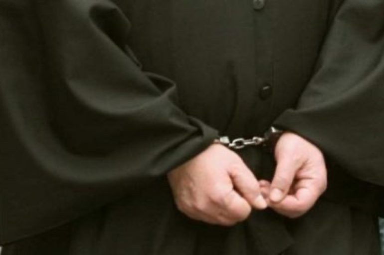 Συνελήφθη Ιερέας γιατί κοινώνησε πιστούς σε χωριό της Εύβοιας