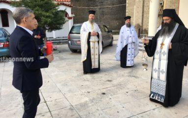 Ο Περιφερειάρχης Θεσσαλίας μετέφερε το Άγιο Φως στην Καλαμπάκα