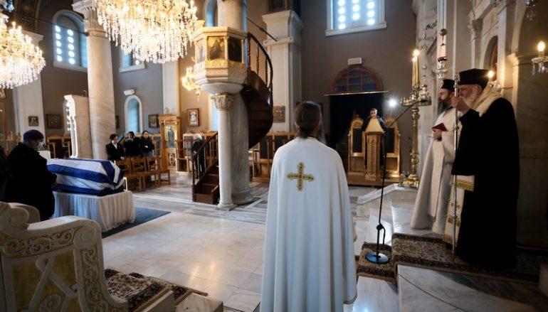 Ο Αρχιεπίσκοπος στην Eξόδιο Ακολουθία του Μανώλη Γλέζου