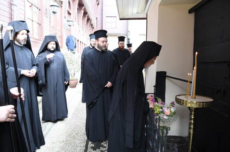 Ο Πατριάρχης Βαρθολομαίος ενώπιον της κλειστής Πύλης του Οικ. Πατριαρχείου
