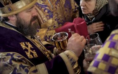 Πώς μεταδίδουν οι Ρώσοι την Θεία Κοινωνία εν μέσω πανδημίας;