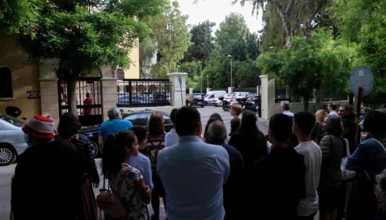 Διαμαρτυρίες πιστών έξω από το Συνοδικό Μέγαρο