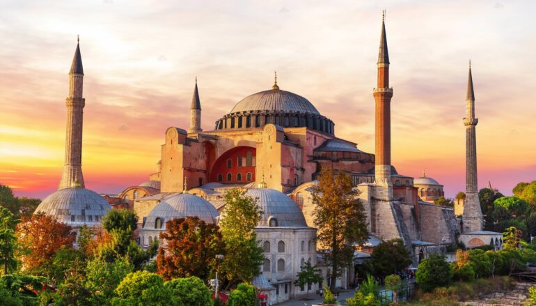 Οι Τούρκοι ετοιμάζουν προσευχή μπροστά στην Αγία Σοφία ανήμερα της επετείου της Άλωσης