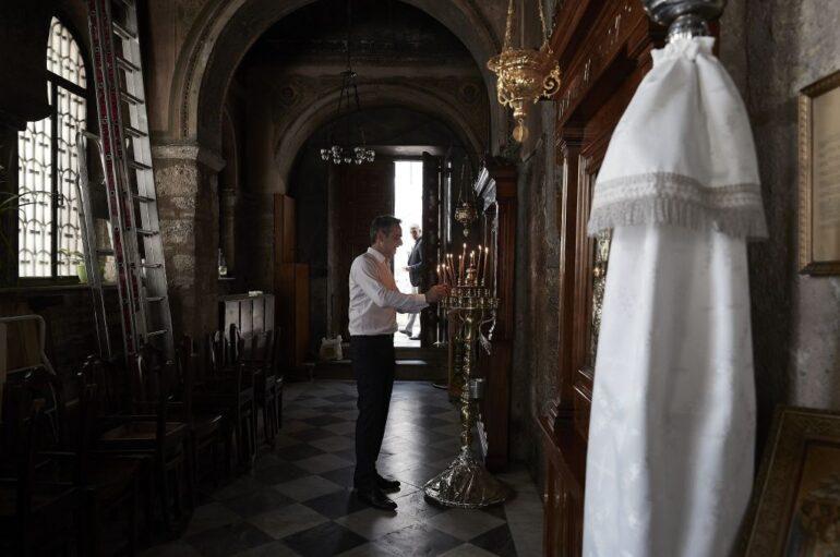 Ατομική προσευχή για τον Κυριάκο Μητσοτάκη στην Παναγία Καπνικαρέα