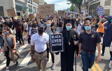 Ο Αμερικής Ελπιδοφόρος δίπλα στους διαδηλωτές στους δρόμους του Brooklyn