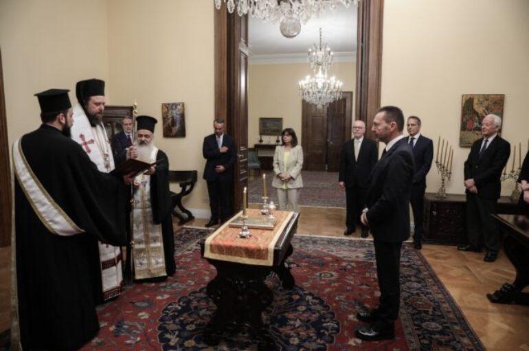 Ο Επίσκοπος Ωρεών όρκισε τον Διοικητή της Τράπεζας της Ελλάδας Γ. Στουρνάρα