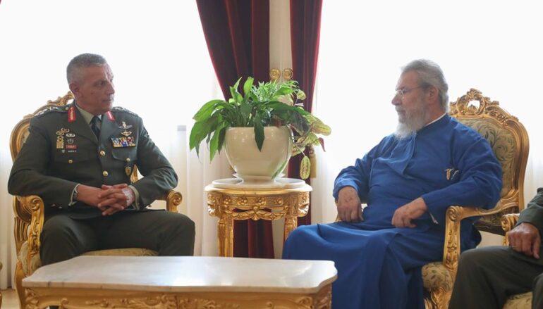 Στον Αρχιεπίσκοπο Κύπρου Χρυσόστομο ο Αρχηγός ΓΕΕΘΑ