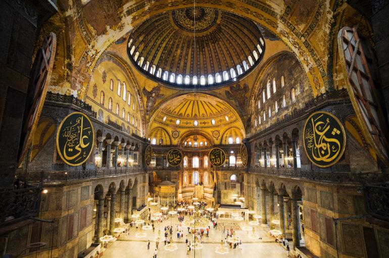 """Χυδαία ανάρτηση Τούρκου ιστορικού: """"Δεν μπορεί ένα τζαμί να κοσμείται από πόρνες"""""""