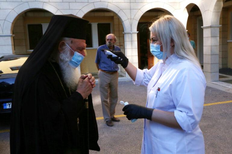 Ο Αρχιεπίσκοπος Ιερώνυμος φορώντας μάσκα αφίχθη στο Συνοδικό Μέγαρο