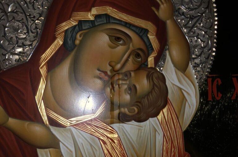 Συνεχίζει να δακρυρροεί η Εικόνα της Παναγίας της Παρηγορητρίας στο Βύρωνα